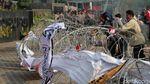 Demo di KPK, Massa Bakar Ban dan Robohkan Kawat Duri