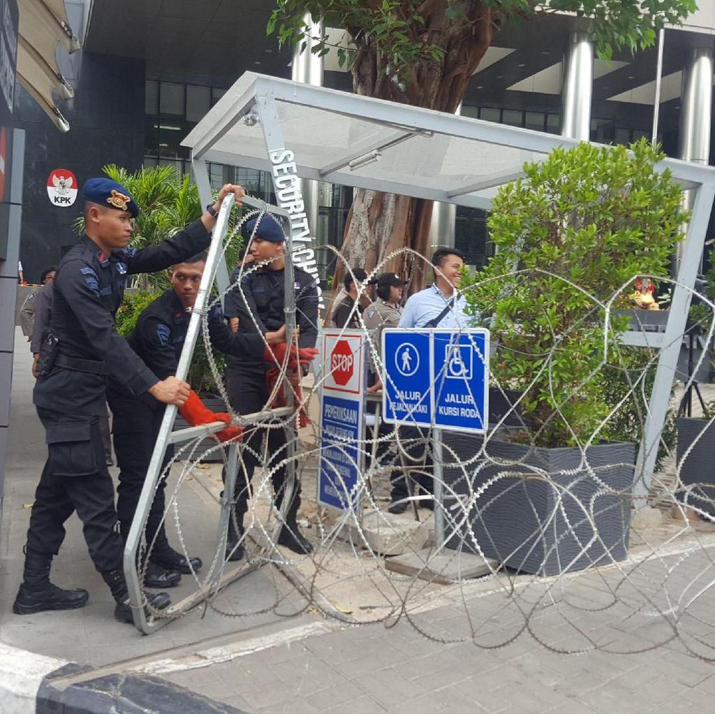 Polisi Pasang Kawat Berduri di Depan Gedung KPK