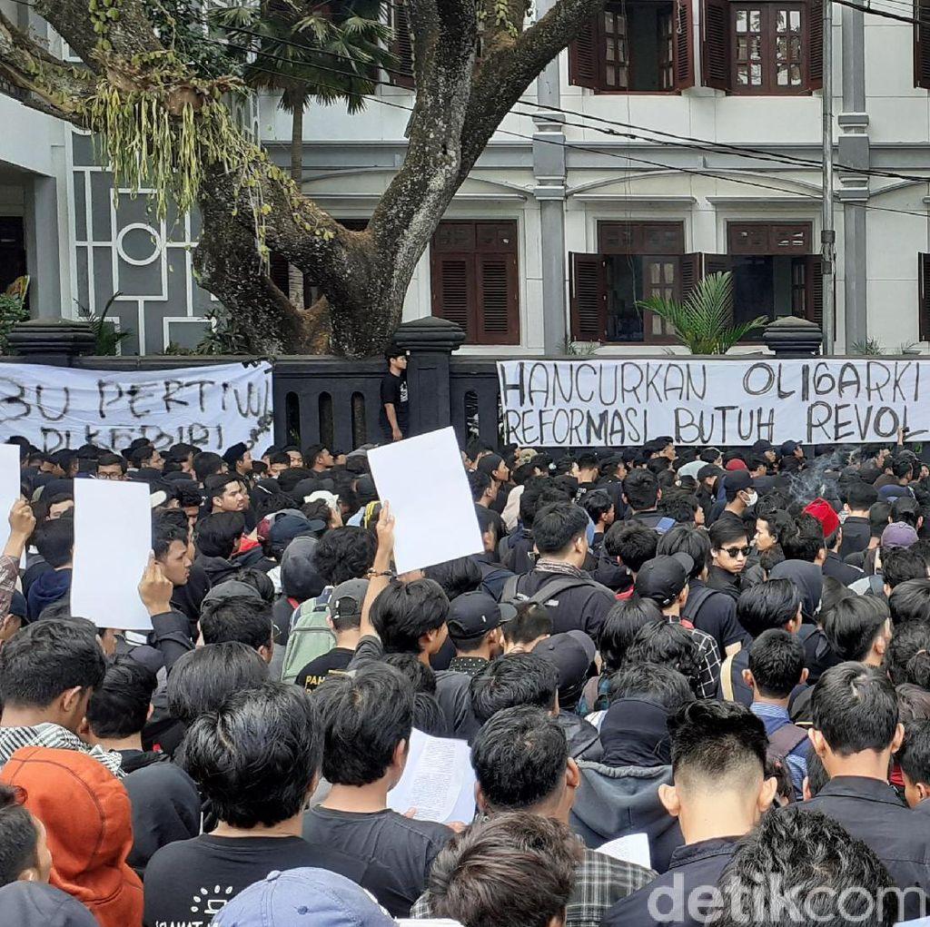 Ratusan Mahasiswa di Malang Tuntut Pencabutan RKUHP