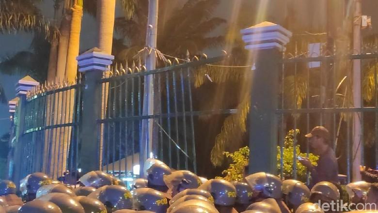 Demo Mahasiswa Tolak RKUHP-UU KPK Ricuh, Pagar DPR Dijebol