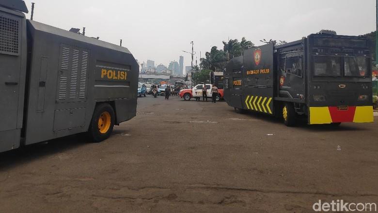 Pagar Kawat Duri dan Kendaraan Taktis Disiapkan Jelang Aksi di DPR