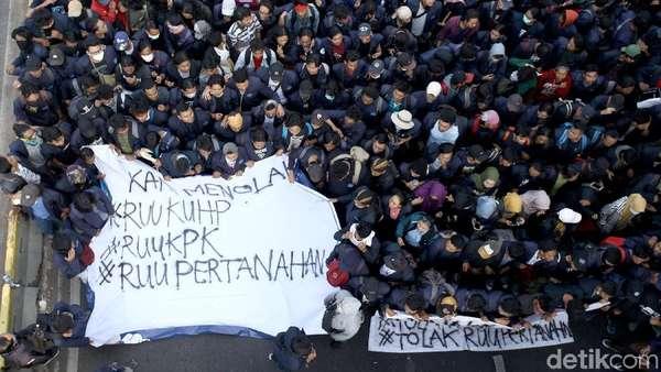 RUU KUHP Ditunda: Kumpul Kebo Tidak Dihukum, Hina Presiden Tak Dipidana