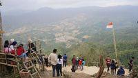 Foto yang diambil saat sore hari dan terlihat jelas kampung di lembahnya