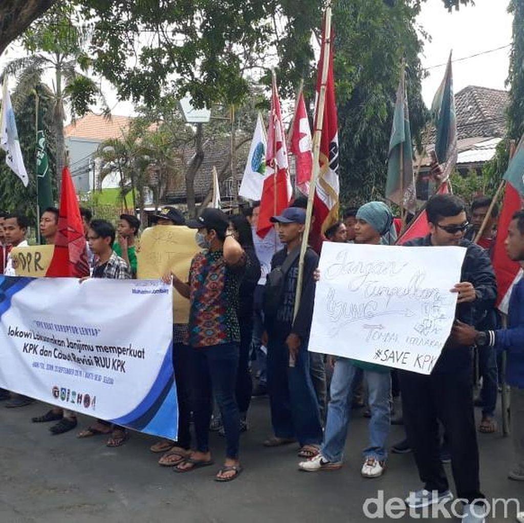 Mahasiswa Demo Desak Jokowi Terbitkan Perppu Gantikan Revisi UU KPK
