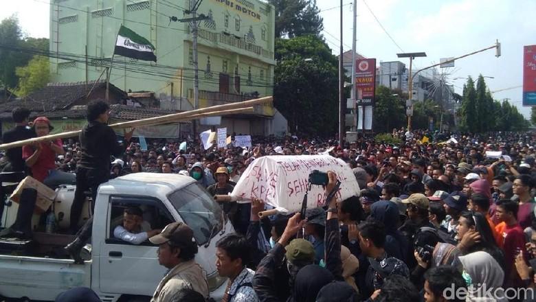 Gotong Keranda Mayat Save KPK, Massa Gejayan Memanggil: Innalillahi...