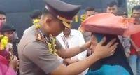 Ditinggal Polisi yang Jadi Pembeli Setianya, Gadis Penjual Kue Ini Menangis Haru