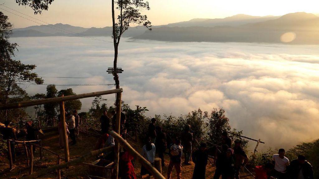 Mau ke Negeri di Atas Awan Gunung Luhur? Harap Bersabar