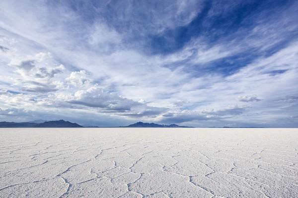 Siapa sangka tempat ini punya kembaran yaitu The Bonneville Salt Flats di Utah, Amerika Serikat. Pemandangannya sama persis! Kamu pasti sulit membedakannya. (iStock)