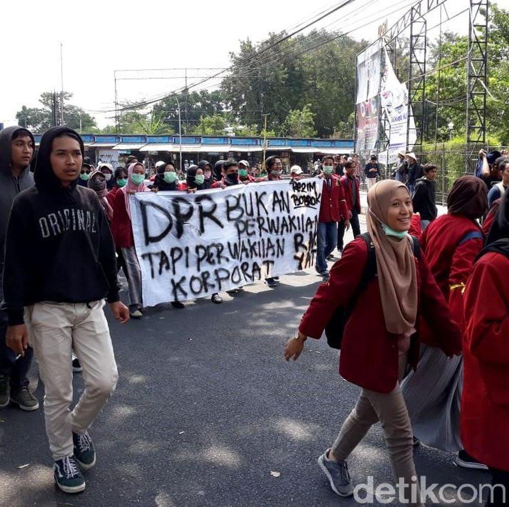 Massa Aksi Bergerak Menuju Lokasi Gejayan Memanggil
