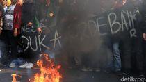 Demo Mahasiswa Save KPK di Bandung Ricuh: Pagar Jebol-Batu Melayang