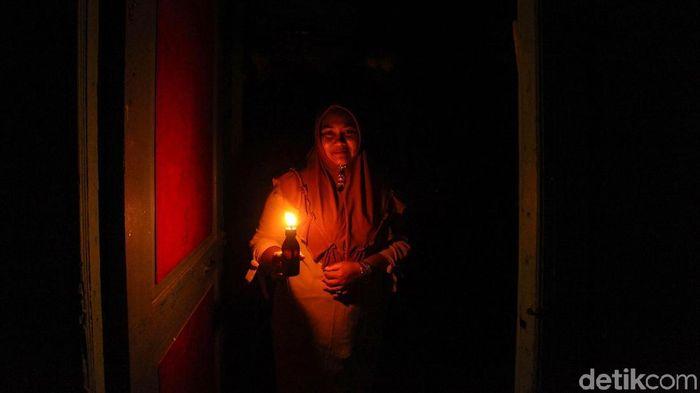 Keberadaan listrik memberi kemudahan dalam beraktivitas. Namun kala pemadaman bergilir tiba warga di Pulau Simeulue menggunakan lilin untuk menerangi malam.