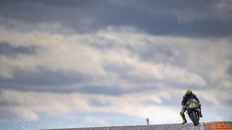 ALCANIZ, SPAIN - SEPTEMBER 22: Valentino Rossi of Italy and Yamaha Factory Racing heads down a straight during the MotoGP race during the MotoGp of Aragon - Race on September 22, 2019 in Alcaniz, Spain. (Photo by Mirco Lazzari gp/Getty Images)