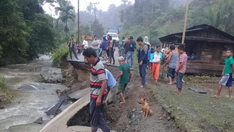 Jalan Provinsi antara Barus-Pakkat Ambles Akibat Luapan Sungai