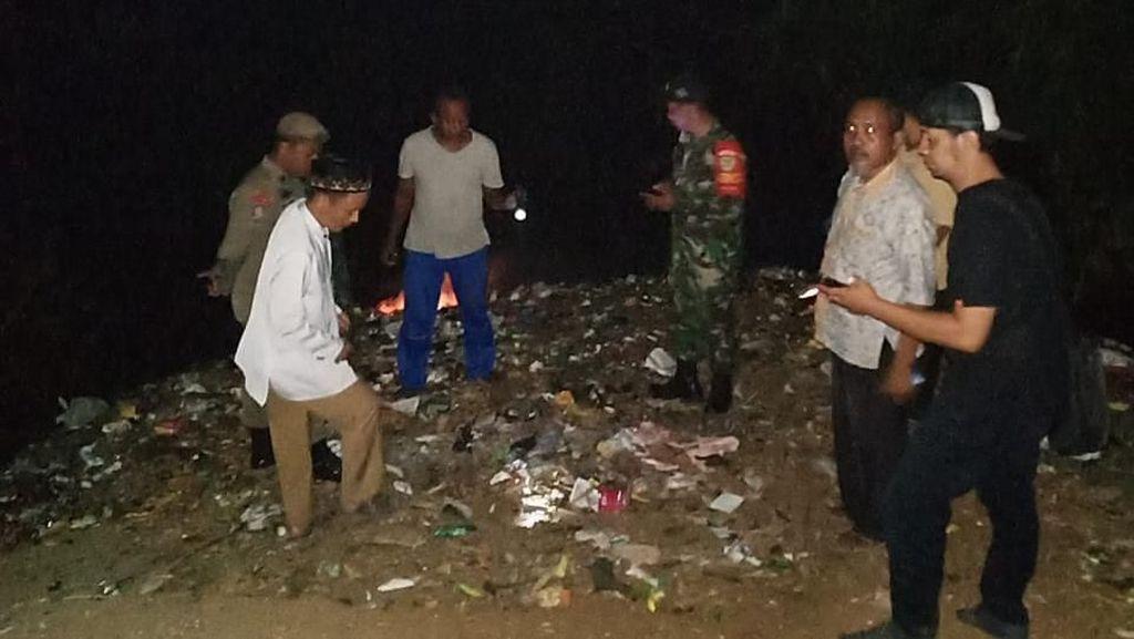 Malam-malam, Sekdes-TNI Cek Gunung Sampah di Pinggir Kali Ciliwung Cilebut