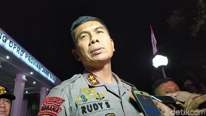 Kapolda Jabar Irjen Rudy Sufahriadi meninjau lokasi ricuh demo mahasiswa di DPRD Jabar, Kota Bandung.