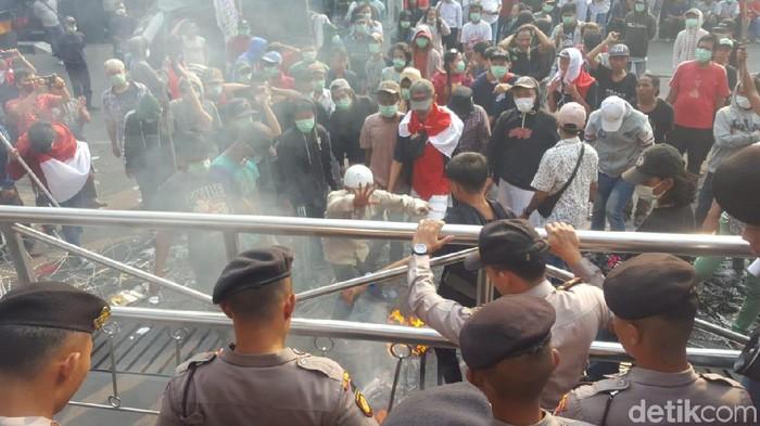 Massa yang berdemo di KPK merangsek memaksa masuk. (Dok. detikcom)