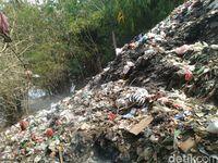 Gunung sampah di Cilebut Bogor cemari Sungai Ciliwung