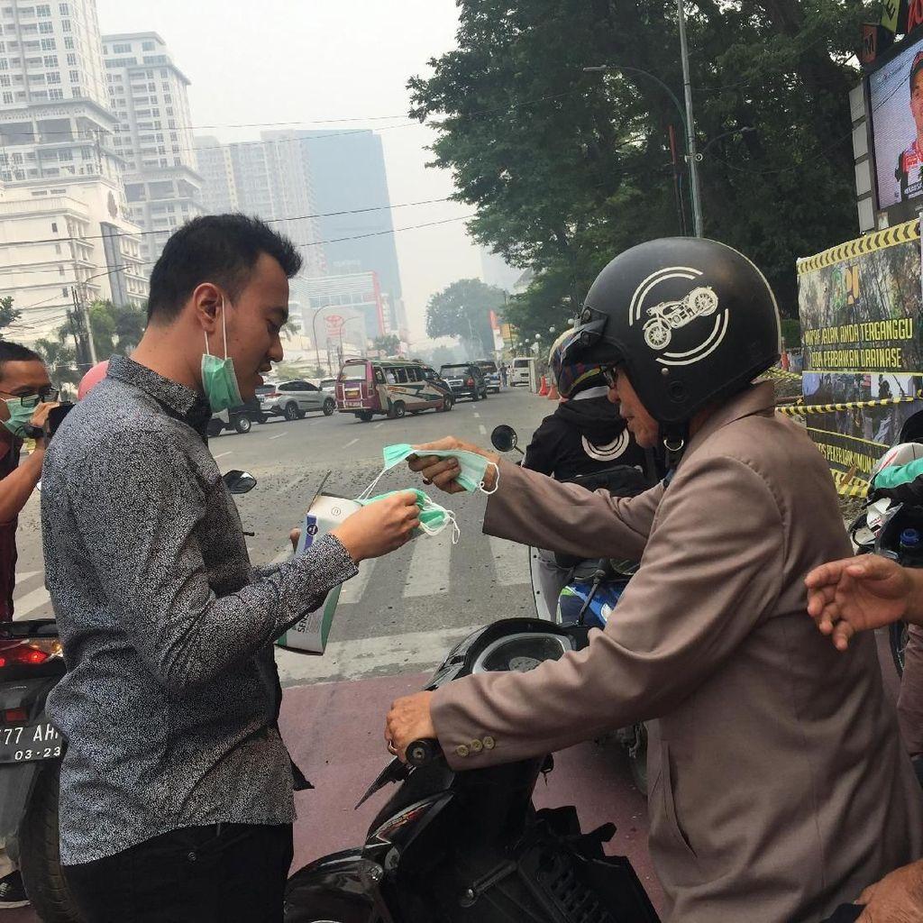Warga Bagi-bagi Masker di Lapangan Merdeka Medan