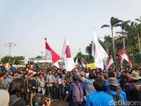 2 Kubu Pendemo di DPR Berhadap-hadapan, Saling Balas Omongan
