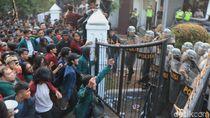 Ricuh Mahasiswa Save KPK di Bandung, Polisi Menembakkan Gas Air Mata