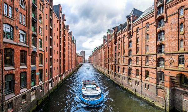 Kota Hamburg juga punya kanal dengan nama The Canals of Hamburg. Bedanya, kanal ini tidak dilengkapi dengan gondola tapi perahu motor. (iStock)