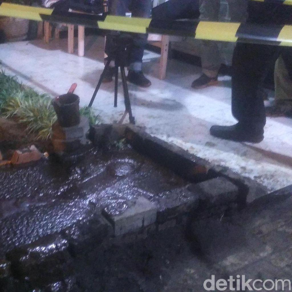 Penghuni Rumah di Surabaya yang Pekarangannya Semburkan Lumpur Dievakuasi