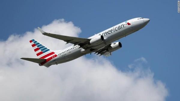 Seperti Air France, maskapai American Airlines juga mewajibkan seluruh penumpang dalam penerbangannya untuk menggunakan masker sejak 11 Mei. Anjuran serupa juga telah dilakukan oleh pihak pramugari sejak 1 Mei lalu (CNN)