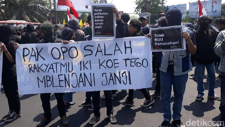 Massa Aksi #BengawanMelawan di Solo