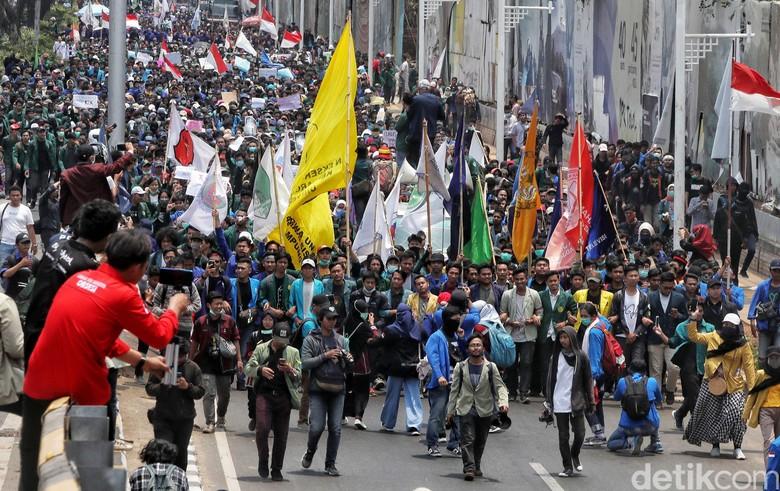 Tempatnya Sama, Demo Buruh-Mahasiswa Punya Banyak Beda