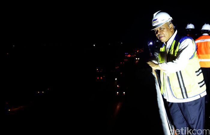 Basuki meninjau uji beban Jalan tol Layang Jakarta-Cikampek.