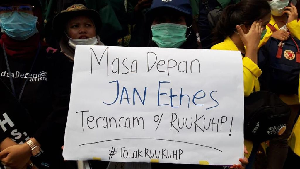 Pendemo di DPR: Masa Depan Jan Ethes Terancam RUU KUHP!