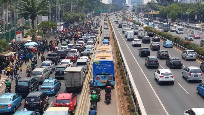 Kendaraan di depan Gatot Subroto dialihkan ke busway. (Farih Maulana/detikcom)