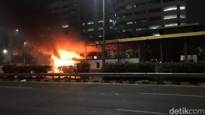 Gerbang Tol Pejompongan terbakar. (Rolando/detikcom)