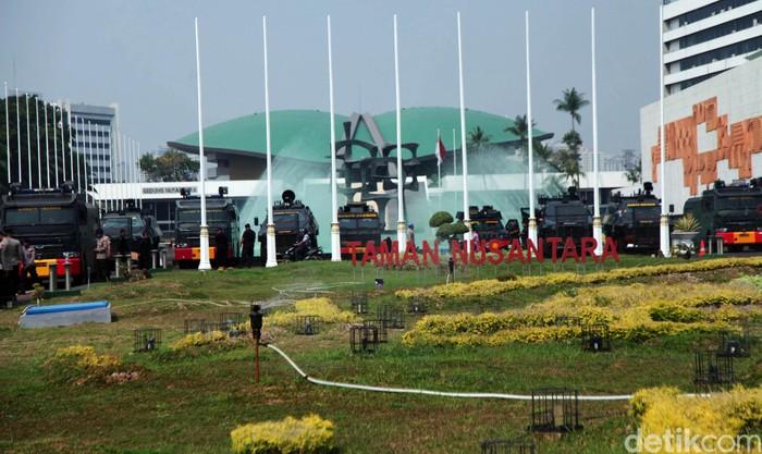 Persiapan pengamanan demo di gedung DPR MPR. Foto: Lamhot Aritonang