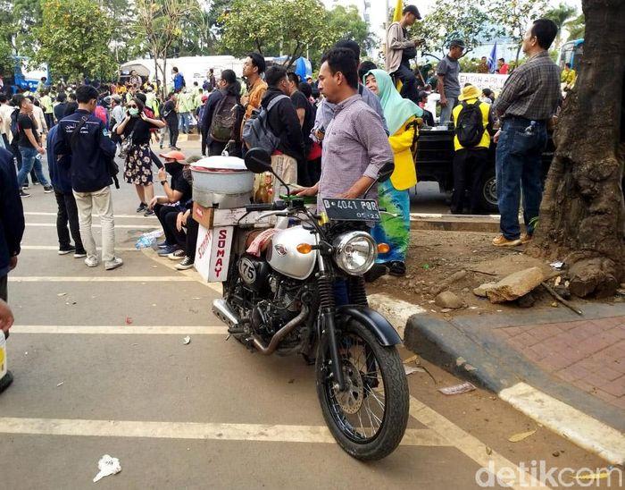 Di tengah ribuan masa mahasiswa yang tengah berdemo di depan gedung DPR/MPR, banyak pedagang yang berjualan. Mulai dari penjual air mineral, kopi, hingga camilan seperti siomay.