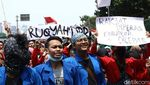 Deretan Tulisan Nyeleneh di Demo Mahasiswa Depan Gedung DPR