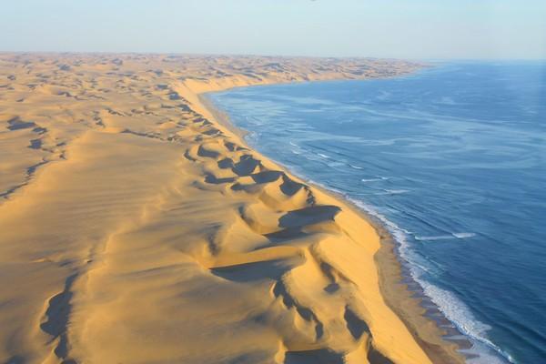 Bayangkan pesisir luas yang dihantam dengan gulungan gelombang besar. Seluas 16.000 km, wisatawan harus puas dengan gurun yang menguntai sejak dari bibir pantai. (iStock)