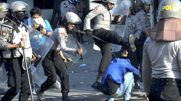 Polisi memukuli mahasiswa saat terjadi bentrok di depan kantor DPRD Sulsel, Makassar, Sulawesi Selatan, Selasa (24/9).