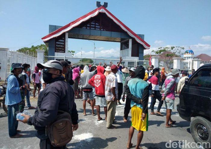Para petani garam menggelar aksi unjuk rasa di depan kantor Bupati Bima, Selasa (24/09/2019).