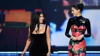 Lantas, apakah mereka sadar jika keduanya itu jadi bahan tertawaan?Kevin Winter/Getty Images