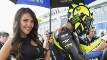 Senyum Manis Umbrella Girl MotoGP Aragon
