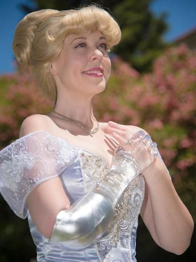 Mandy pursley memakai gaun ala cinderella. Foto: facebook Mandy Pursley