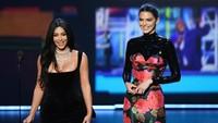 Namun saat memberikan sambutan, Kim dan Kendall justru jadi bahan tertawaan.Kevin Winter/Getty Images