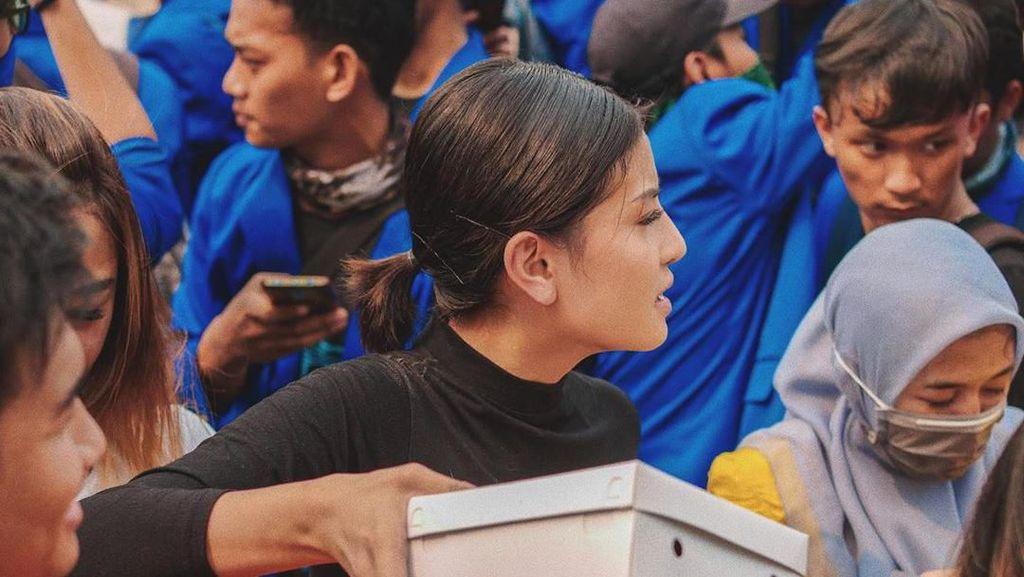 Aksi Awkarin Terjun Langsung Bagikan Makanan di Tengah Demo