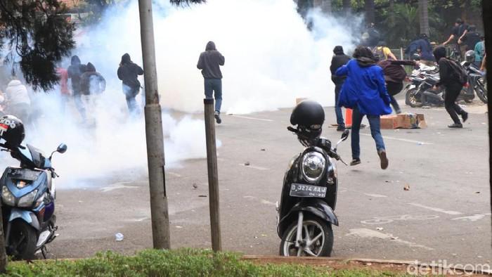 Seorang mahasiswa mengalami perdarahan otak dalam demo yang berakhir ricuh (Foto: Rico Bagus)