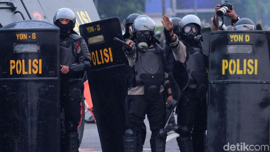 Aksi Polisi Halau Massa Mahasiswa