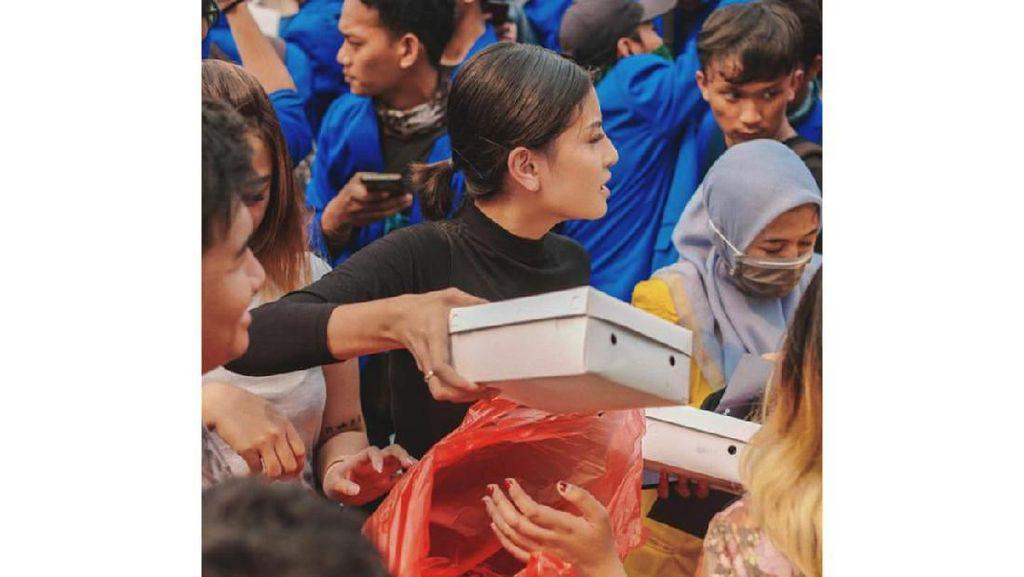 Dukung Tolak RKUHP, Awkarin Kirim 3.000 Nasi Kotak Untuk Demonstran