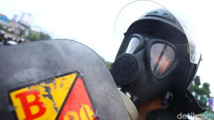 Pakai goggles tanpa masker respirator, apakah tetap efektif menangkal gas air mata? (Foto: Rifkianto Nugroho)
