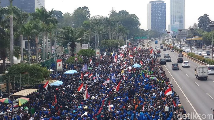 Foto: Demo mahasiswa di gedang gedung DPR. (Farih-detikcom)