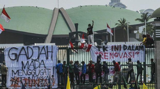 Demo Tolak RKHUP, Mahasiswa Bentangkan Poster 'Lawan Jokowi'